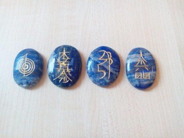 reiki simboli na lapis lazuli kristalu 3110 1